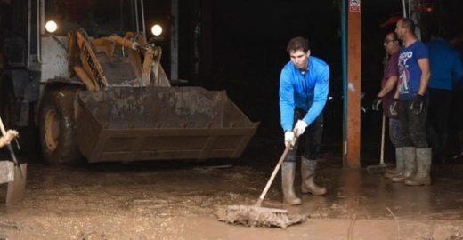 Rafael Nadal ajuda a limpar ruas de sua cidade após enchentes