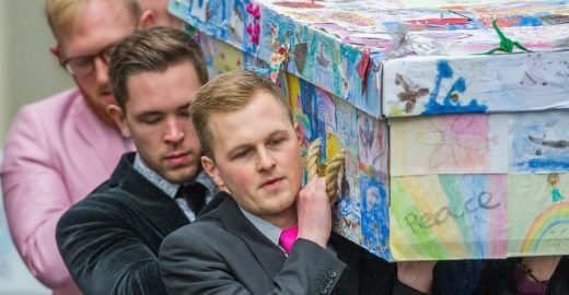 Diretora é enterrada com caixão decorado com desenhos de alunos