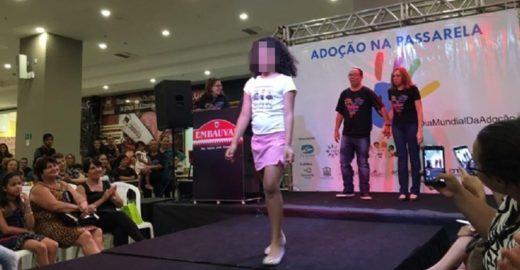 Evento é criticado por colocar crianças para adoção em 'desfile'