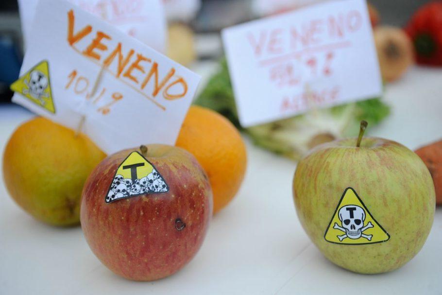 frutas com placas sobre agrotóxicos