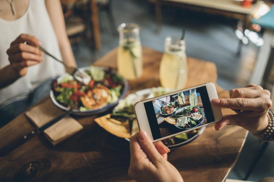 pessoas tirando foto do prato de comida