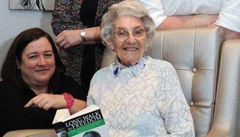 Aos 101 anos, mulher volta à sala de aula para ajudar desempregados
