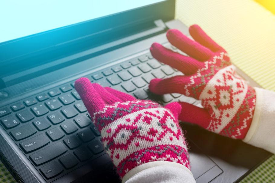 mulher com luva digitando no computador
