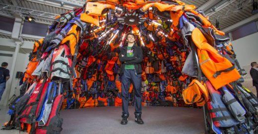 Gagueira não impede artista de 17 anos de mostrar seu trabalho