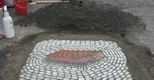 Artista substitui buracos de rua por arte em mosaico