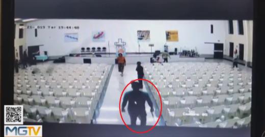 Vídeo mostra momento que homem invade igreja e mata fieis em MG
