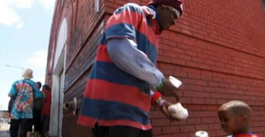 Menino vira 'super-herói' para entregar comida a moradores de rua