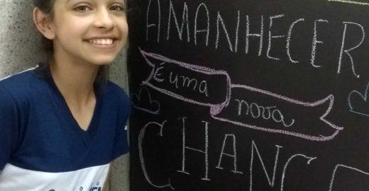 Estudantes escrevem frases motivacionais na porta de banheiros