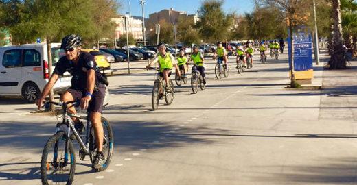 Policiais ensinam crianças a andar de bicicleta na Espanha