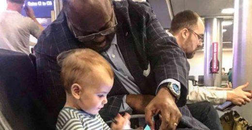 Pai agradece homem por entreter sua filha em aeroporto dos EUA