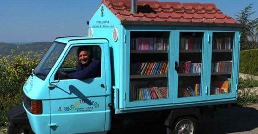 Biblioteca móvel leva livros a crianças sem acesso à leitura