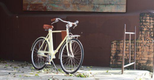 Bike elétrica brasileira faz 25 km/h e traz carregador de celular