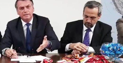 Veja: Oposição vai receber ministro da Educação com bombons