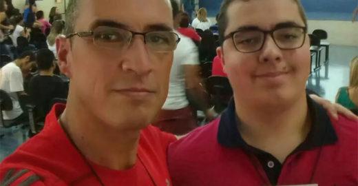 SP: pai de jovem autista entra na faculdade com ele para apoiá-lo