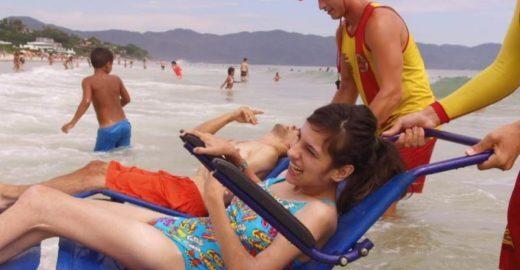 Projeto leva cadeirantes para conhecerem a praia em Florianópolis