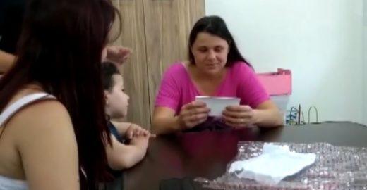 Mãe ganha foto 3D para sentir imagem da filha e emociona internet