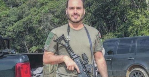 Sites de esquerda associam facada de Bolsonaro ao filho Carlos