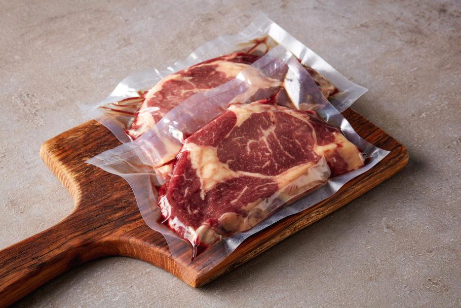 pedaços de carne em uma tábua de corte