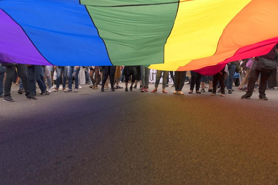 bandeira LGBT em manifestação
