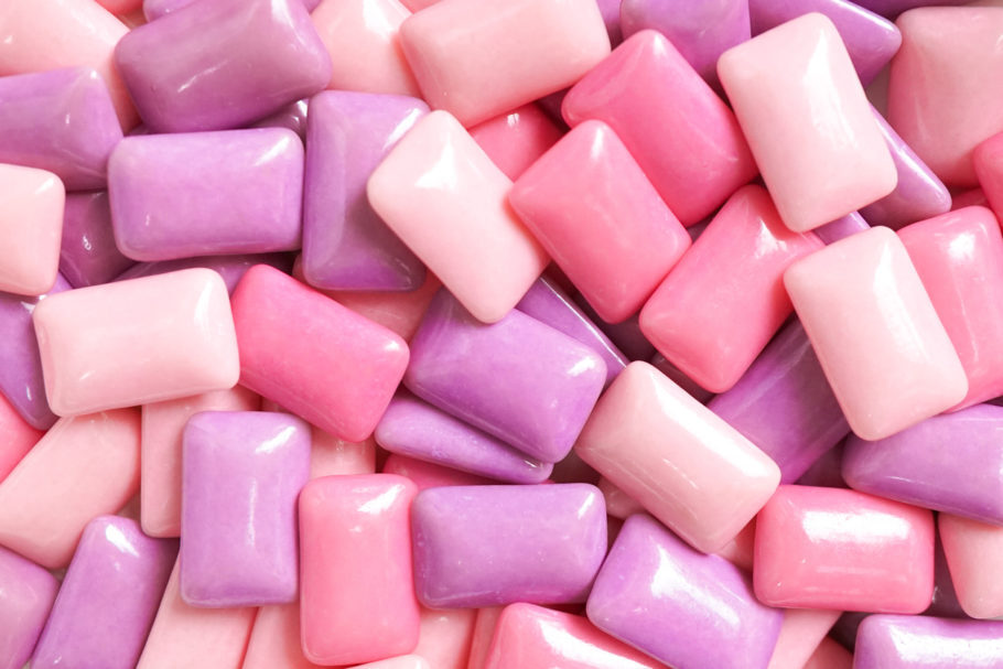 vários chicletes coloridos