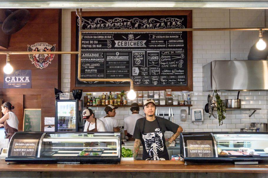"""O Comedoria Gonzales é um restaurante em formato de """"comida de rua"""" , pegue os pratos e coma onde quiser. Aos sábados devido ao grande movimento usam descartáveis biodegradáveis. Lá o chef serve os ceviches mais famosos de São Paulo!"""