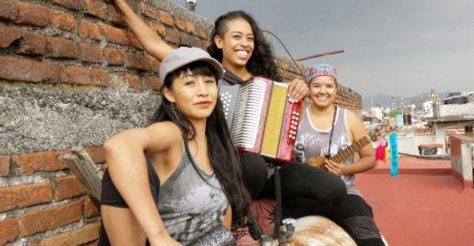 Banda feminina mexicana toca em festa no Estúdio Bixiga