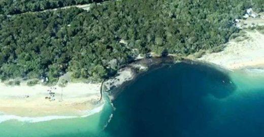 Buraco engole praia na Austrália; veja vídeo