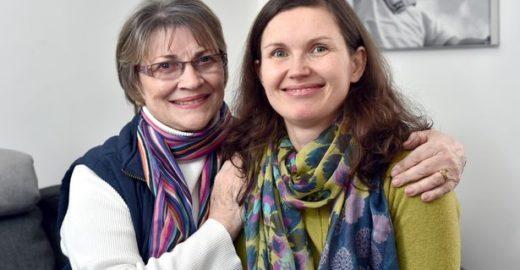 Escocesa de 70 anos pula de paraquedas para pagar tratamento de filha