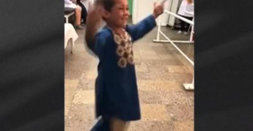 Criança afegã de 5 anos recebe prótese para a perna e viraliza