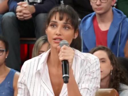 """A atriz Débora Nascimento solta o verbo no programa """"Altas Horas"""""""