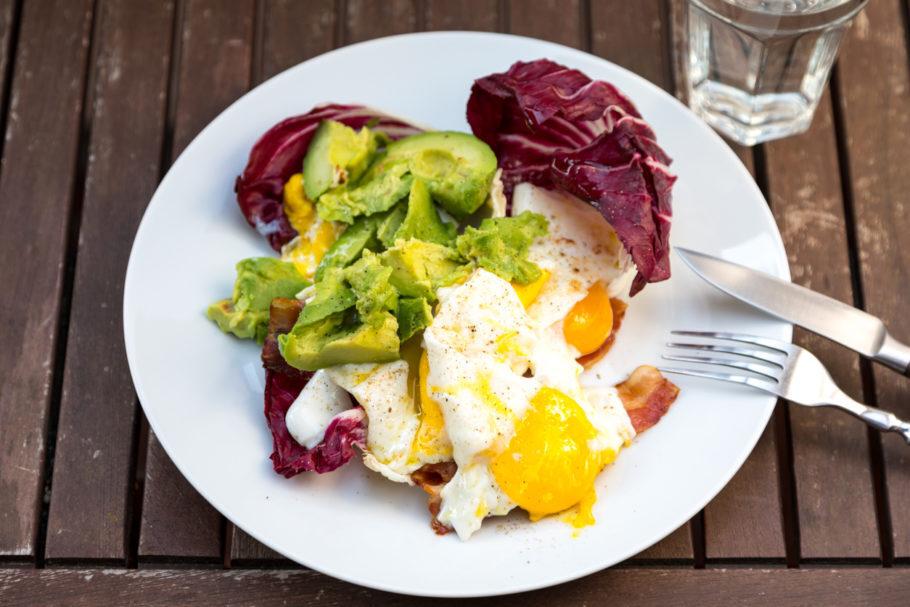 prato com ovos e abacate
