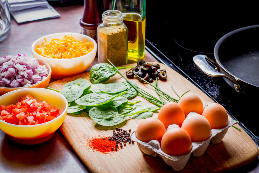 vários alimentos na mesa