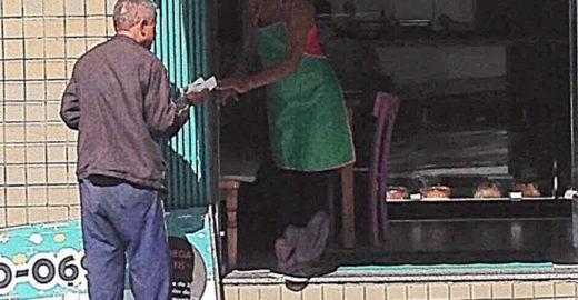 Empresária dá bolo a moradores de rua que passam em sua loja