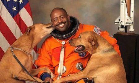 Ex-astronauta inclui seus cães resgatados em foto oficial da NASA
