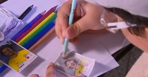 Menino faz à mão um criativo álbum de figurinhas da Copa
