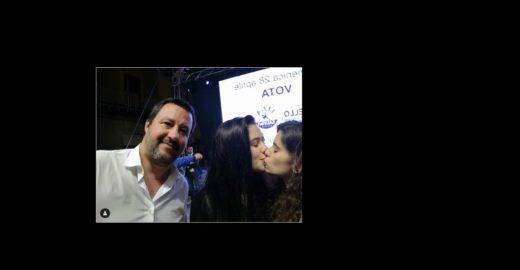 Jovens se beijam em selfie com líder da extrema direita da Itália