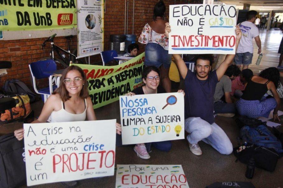 estudantes fazem cartazes em mobilização contra os cortes na Educação