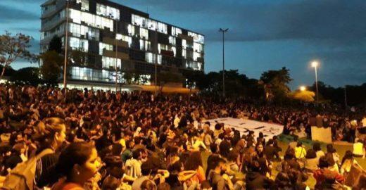 Estudantes e professores protestam contra cortes na Educação