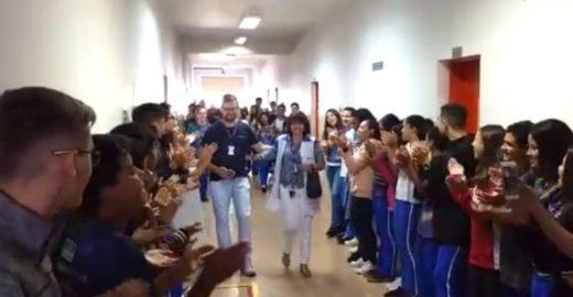 Alunos fazem corredor para aplaudir professora que se aposentou