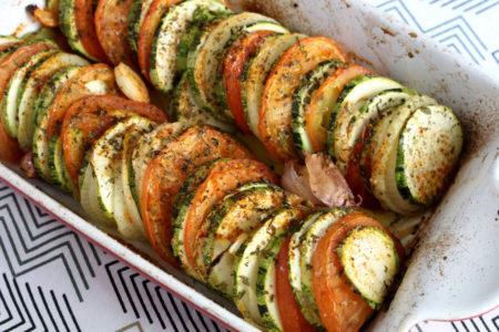 Abobrinha assada com tomate e ervas