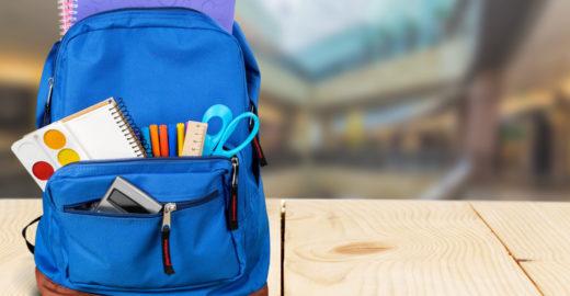 Rede de lojas arrecada mochilas para crianças carentes