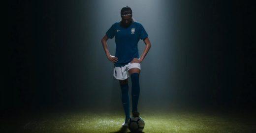 Jogadora de futebol dribla estigma com bola de cabeça de boneca