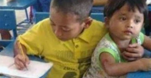 Para não perder aula, criança de 7 anos leva irmão à escola