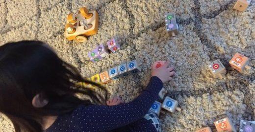 Blogueira e criança testam robô Kibo e relatam experiência