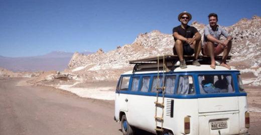 Casal larga tudo para viajar e trabalhar a bordo de uma Kombi