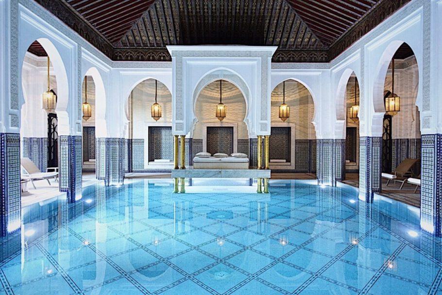 Vista da piscina coberto do luxuoso La Mamounia, em Marrakesh, no Marrocos