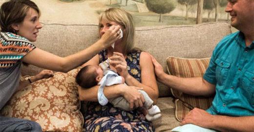 Após adoção, mãe biológica enxuga lágrima de mãe adotiva