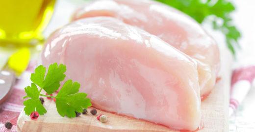 Lavar frango cru pode trazer sérios riscos à saúde