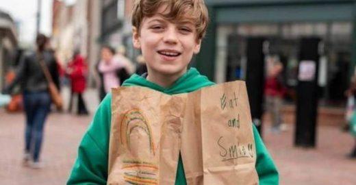 Menino de 12 anos distribui lanches para moradores de rua nos EUA