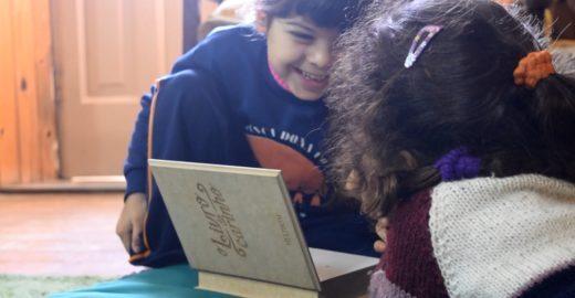 Livro misterioso une lares de crianças e idosos